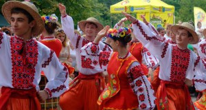 """Parada zespołów folklorystycznych w Olsztynie  <i class=""""icon-camera""""></i> <i class=""""icon-film""""></i>"""