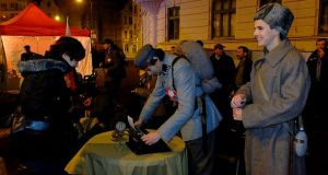 """Mieszkańcy Olsztyna wspólnie świętowali Wigilię Święta Niepodległości <i class=""""icon-camera""""></i> <i class=""""icon-film""""></i>"""