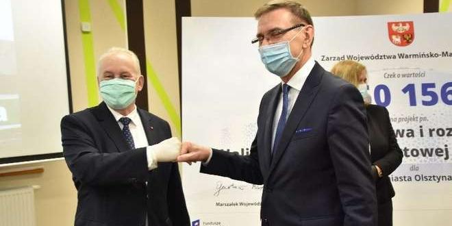 Przekazanie symbolicznego czeku / fot. warmia.mazury.pl